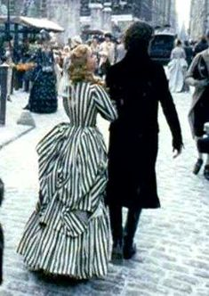 THIS DRESS! She only wears it for the very last scene of the movie but its a good one. theyre in the city n its snowing n its Christina Ricci in Tim Burton's 'Sleepy Hollow' wearing a striped gown designed by Colleen Atwood. Sleepy Hollow Movie, Legend Of Sleepy Hollow, Belle Epoque, Movie Costumes, Halloween Costumes, Tim Burton Johnny Depp, Colleen Atwood, Yennefer Of Vengerberg, Christina Ricci