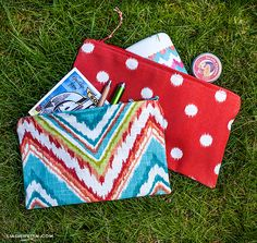 //\\ DIY Turn pretty scraps of fabric into take-anywhere pouches with this handy DIY.