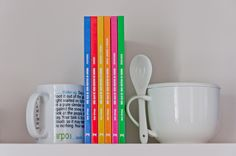 MÁS ALLÁ DE 1080 RECETAS DE COCINA ofrece los principios básicos para preparar los más originales platos de: ENSALADAS SOPAS, CREMAS Y POTAJES ARROCES Y PASTAS PESCADOS CARNES REPOSTERÍA Seis libros ilustrados en los que cada recetas se acompaña de una breve historia del plato, una serie de consejos de gran utilidad para quien se acerca a los fogones, propiedades dietéticas, etc.