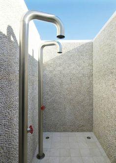 une douche de design minimaliste en acier inoxy
