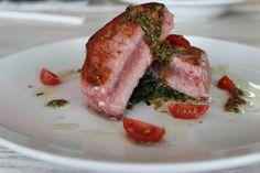 Lomo de Atún sellado, sobre cama de espinaca salteadas en salsa de jengibre, ajo y soya.