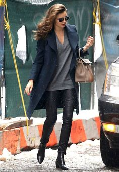 Black leather pants and boots, a grey v-neck top and navy blue coat, etoupe Kelly, with perfect waves