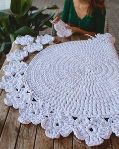 Alfombra tejida mano a crochet con Trapillo modelo Camelia. Tamaño 1.10 metros de diámetro