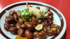 Little Alien & Boots enjoying deep fried peanuts in Valencia !