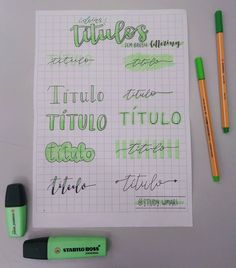 ★ Ideias de títulos sem brush ★ Hoje resolvi trazer algumas ideias pra quem não sabe/ não tem brush para fazer títulos! . . . . . . . . . #papelaria #stabilo #stabiloboss #ideias #uniball #unipinfineline #brush #brushpen #brushlettering #lettering #paper #study #studygram #estudos #marcatextostabilo #luanacarolinastudies #titul Bullet Journal Titles, Journal Fonts, Bullet Journal Inspiration, Brush Lettering Worksheet, Hand Lettering Alphabet, Bible Study Notebook, Stabilo Boss, Small Drawings, Lettering Tutorial