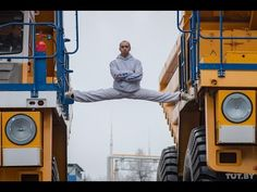 Белорус сел на шпагат между движущимися БелАЗами/The MOST EPIC Epic Spli...
