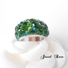 volume Ring color collection seriesから新色のリングです。美しいグリーンカラーはスワロフスキーならでは。グリーン系ストーン(ファーングリーン・エメラルド・ダークグリーン)グリーンの濃淡が美しいお色目です。ボリュームのあ...