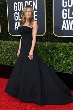 The Best Looks From the 2020 Golden Globes Red Carpet - Jennifer Aniston/Dior Haute Couture - Golden Globe Award, Golden Globes, Strapless Dress Formal, Formal Dresses, Black Carpet, Dior Haute Couture, French Fashion Designers, Jennifer Aniston, Runway Fashion