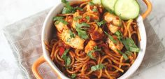 Surinaamse bami met kip: in 20 minuten op tafel - Lekker en Simpel Easy Japanese Recipes, Asian Recipes, Ethnic Recipes, I Love Food, A Food, Healthy Rice Recipes, Healthy Food, Making Pulled Pork, Quick Dinner Recipes