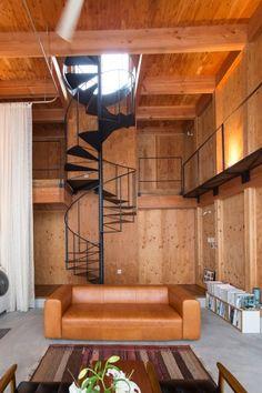 螺旋階段で、中二階を経由して、二階のもうひとつのリビングへ。二階の南側の窓からの光が降り注ぐ。