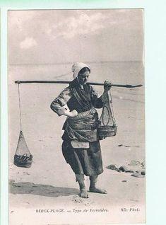 """Pêcheuse de vers pour l'appât des lignes,  dite """"vérotière"""", plage de Berck"""