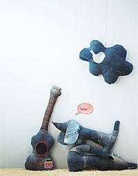 """Neues Leben für die alte Jeans - """"Alte Jeans haben jetzt ein zweites Leben - als Wolkenkissen, weiche Gitarre für Mini-Rocker oder tierische Kuschelkumpel. Von wegen tote Hose!"""""""