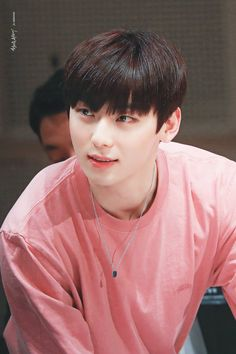 Hwang Minhyun is one of the members of Wanna One. His ex group is Nu'est. After attending to 'Produce 101 Season becames famous and able to become one of the members in Wanna One. Jinyoung, Minhyuk, Busan, K Pop, Writing Lyrics, Nu Est Minhyun, Choi Hansol, All Meme, Produce 101 Season 2