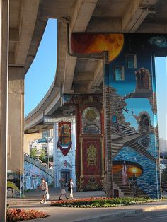 Les fresques des piliers jouxtent le boulevard Charest Est, près de l'extrémité de la rue St-Joseph dans le quartier de Saint-Roch. Ville de Québec.