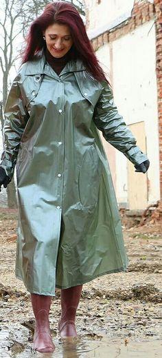 Durch Matsch mit einem hübschen PVC Regenmantel