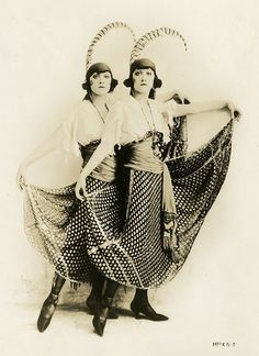 """The Dolly Sisters (Rosie and Jenny). Publicity photograph for """"The Million Dollar Dollies"""" Belle Epoque, Dolly Sisters, Trip The Light Fantastic, Ziegfeld Girls, Female Stars, Hat Hairstyles, Old Hollywood Glamour, Showgirls, Historical Clothing"""