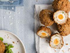 Schottische Eier - Frittierte Hackbällchen gefüllt mit Ei  | Zeit: 30 Min. | http://eatsmarter.de/rezepte/schottische-eier