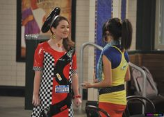Jennifer Stone as Harper on Wizards of Waverly Place - car outfit - fascinator, shift dress Crazy Dresses, Crazy Outfits, Disney Channel, Fashion Tv, Fashion Outfits, Tv Show Outfits, Band Outfits, Jennifer Stone, Chloe Kim