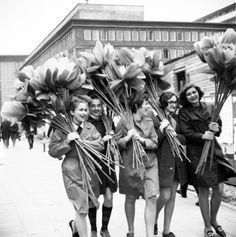 polish-vintage:  28th april 1970, Warsaw, Polish girls are preparing huge flowers for International workers' day celebrations (source:Archiwum fotografii Ośrodka KARTA|wiadomosci.wp.pl)