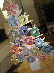 origami wreaths - 2010 ornaments Origami Wreath, Origami Tree, Holiday Ornaments, Christmas Trees, Christmas Decorations, Christmas Craft Projects, Diy Projects To Try, Christmas Origami, Handmade Christmas