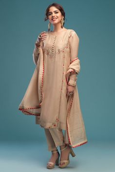 Pakistani Formal Dresses, Pakistani Wedding Outfits, Pakistani Dress Design, Embroidery Suits Punjabi, Kurti Embroidery Design, Embroidery Dress, Dress Indian Style, Indian Dresses, Indian Party Wear