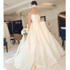 この子もずーっと気に入っているこ。潔いくらい、生地感と立体感だけでかっこよく仕上げた #antonioriva , この世界観、本当にたまらない… 濃い赤リップでバシッと決めたい1着。  #micie #antonioriva #プレ花嫁 #ドレス迷子 #ドレス迷宮 #日本中のプレ花嫁さんと繋がりたい