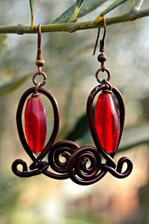 """Orecchini wire e vetro dalla linea """"Bacche d'autunno"""" - autumn earrings, with red glass beads and aluminium"""