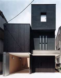 I love the design of the architecture of this house. I also love how modern it looks and how it contrasts against the surroundings of the house. Architecture Durable, Black Architecture, Japanese Architecture, Beautiful Architecture, Residential Architecture, Interior Architecture, Interior And Exterior, Mini Loft, Casas Containers