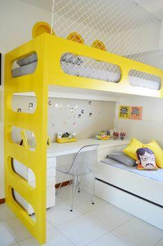 chambre ado en jaune et blanc Les Beatles avec deux lits pour grimper en haut et sol carrelage blanc