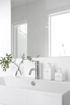 A warm grey home — Scandimerican Life Bad Inspiration, Decoration Inspiration, Bathroom Inspiration, Interior Inspiration, Minimal Bathroom, Modern Bathroom, White Bathroom, Minimalist Interior, Minimalist Home
