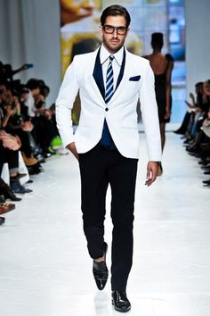 Great catwalk look with a white blazer over black pants. Gentleman Mode, Gentleman Style, Dapper Gentleman, Sharp Dressed Man, Well Dressed Men, Look Fashion, Mens Fashion, Suit Fashion, Fashion Outfits