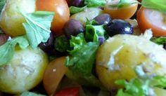 Den absolut enklaste potatissalladen till det grillade under sommarsäsongen. Bara potatis och grönsaker blandade med en senapsdressing....