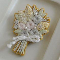 * 淡い色合いの手刺繍ブローチ。 2種類 * * 淡水パールを飾ってあります。 * * * BASEにて販売中、からし色の方が少し大きめです。 * * * * #花束#薔薇 #embroidery#刺繍 #Bouquet #DMCembroidery #刺繍作家 #embroideryart #花輪#手芸 #interior #ハンドメイド #ヴィンテージ #刺繍ブローチ#手刺繍ブローチ#作り手#渋色 #vintage #デコレーション #ジュエル刺繍 #atelierao #刺繍教室 #作家 #자수#大屋窯 #アトリエアオ #薔薇の花束 #broderie#baseにて販売中 #MayuKashimoto