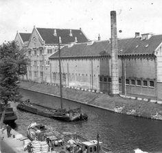 De zuidzijde van het Huis van Bewaring / de Bijzondere Strafgevangenis De Blokhuispoort te Leeuwarden. Hier ziet men v.l.n.r. het Alkovengebouw (met daarin het bezoekerscentrum, personeelszaken, fitnessruimte en sportzaal), de Dienstvleugel (met daarin o.a. de Kerk / kapel en de Medische dienst) en nog net de kop van Cellenvleugel A. Opname gemaakt tijdens de Tweede Wereldoorlog, (tresoar)