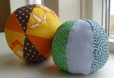 Stofbolde til baby er nemme bolde du kan lære at sy vha. en nem vejledning til stofbolde i 2 størrelser. Klik dig ind, få den helt gratis.