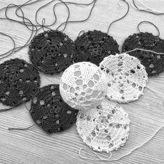 Image Article – Page 308778118204370630 Crochet Christmas Ornaments, Christmas Baubles, Christmas Diy, Crochet Home, Knit Crochet, Ball Lights, Handicraft, Needlework, Free Pattern