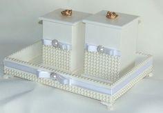 Linda bandeja com 2 potes , produzidos em MDF , pintados com tinta e verniz acrílico, decorados com perolas , fitas e straz e pés da bandeja em resina. <br>Puxadores em resina podendo ser escolhido pelo cliente, branco , dourado ou prata. <br>Bandeja tamanho de 22 x 30 x 6 <br>Um pote 9 x 9 x 15 <br>Um pote 9 x 9 x 12.