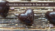 Faites vos Chocolats au cacao cru, érable et fleur de sel.Super simple et vraiment délicieux! Cacao Cru, Healthy Plate, Super Simple, Voici, Desserts, Best Chocolates, Healthy Lifestyle, Food, Tailgate Desserts