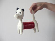 Zabawka inspirowana czeskim projektem Libuše Niklovej.  #vintage #vintagefinds #vintageshop #forsale #design #midcentury #midcenturymodern #niklova #inspiration #dog #toy Kolorystyka patriotyczna.