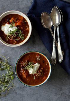 Mexicansk fyldig suppe med oksekød; kidneybønner leder tankerne mod latinamerika – perfekt til en råkold dansk efterårsdag! Ugens Suppe Søndag byder på en lækker mexicanskinspireret suppe. Suppen er fyldt med sprøde grøntsager, oksekød, kidneybønner og en god portion krydderier, så man rigtig kan få varmen. Lad dig ikke skræmme af ingredienslisten – suppen er...Read More »