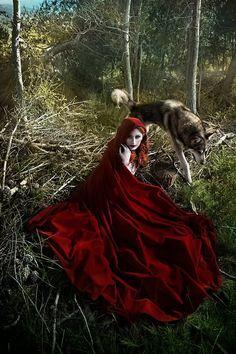 Cet étonnant manteau a été conçu pour Red Riding Hood. Faite en velours rouge, il a une belle hotte et est lacé sur lavant. Est disponible en
