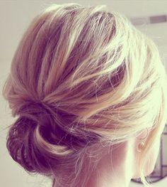 Idéias para #noivas de cabelo curto: micro-coque e um charminho a mais com caidinhos do lado <3  #beauty #cabelocurto #bun #microbun #noiva #noivadecabelocurto { post by www.mariarossetti.com.br }