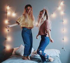 FOTO: Necesitamos luces, una compañera, una cama, unos mom fit y una camiseta rosa o amarilla.yo ya e acabado las clases!!FELIZ JULIO!!