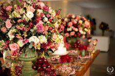Casamento no campo: menta, rosa e dourado   2wed.com.br  Mesa de doces com topo de bolo personalizado com o sobrenome dos noivos.