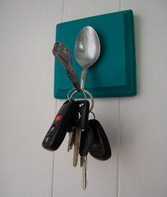Colgadores para llaves con cubiertos antiguos.