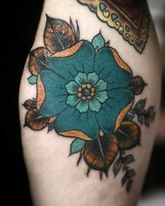 Ooh this is giving me ideas on how I could add to the white rose of york on my shoulder. So perfect.