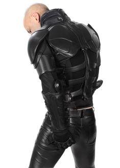 Ignore the butt stroking. I love the upper body armor! Leather Armor, Leather Men, Leather Pants, Black Leather, Sci Fi Armor, Ninja Armor, Batman Armor, Carapace, Armor Concept