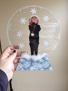 snowballs for Christmas - Stephanie Tedesco - - boules à neige pour Noël I inserted the picture of my students between the leaflets of a laminator page, they drew the dots and the round to the white poska, put paper flakes, cotton, and then we … Preschool Christmas, Christmas Activities, Christmas Crafts For Kids, Preschool Crafts, Winter Christmas, Kids Christmas, Holiday Crafts, Christmas Tables, Modern Christmas