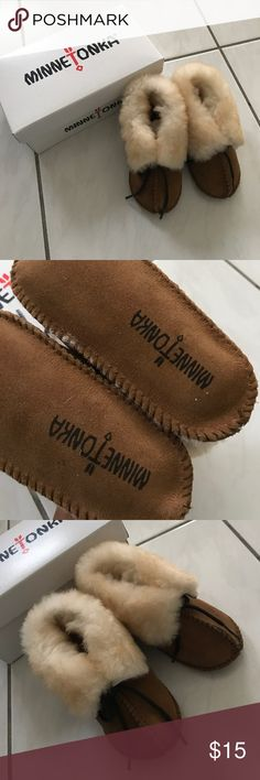 (NEW) Minnetonka Sheepskin Booties Minnetonka Sheepskin Booties, size 5 Infant, runs big and will fit toddler 5, new in box Minnetonka Shoes Moccasins