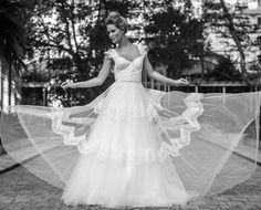 Queridinha das estrelas da TV, a estilista Lethicia Bronstein desenha vestidos de noiva e moda festa para mulheres que prezam por peças bem feitas, com técnica e qualidade. Veja mais: http://yeswedding.com.br/pt/antena-yes/post/praticidade-e-sofisticacao